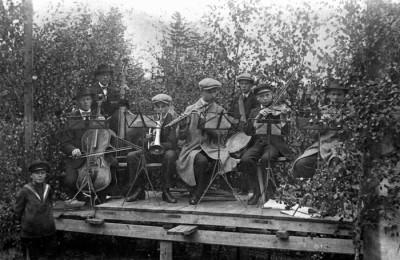 Blandad orkester 1920-25: Gösta Holst, Martin Sälgström, Hugo Karlsson, Hjalmar Karlsson, Erik Sälgström, Algot Karlsson, Karl Sälgström