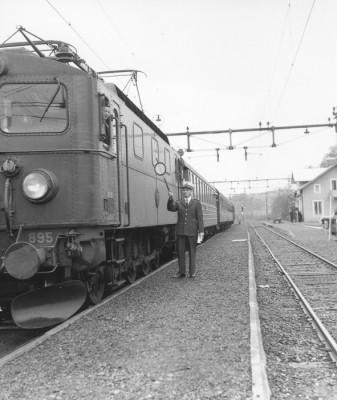 Sista tåget vinkades av av stationsmästare Arne Åberg