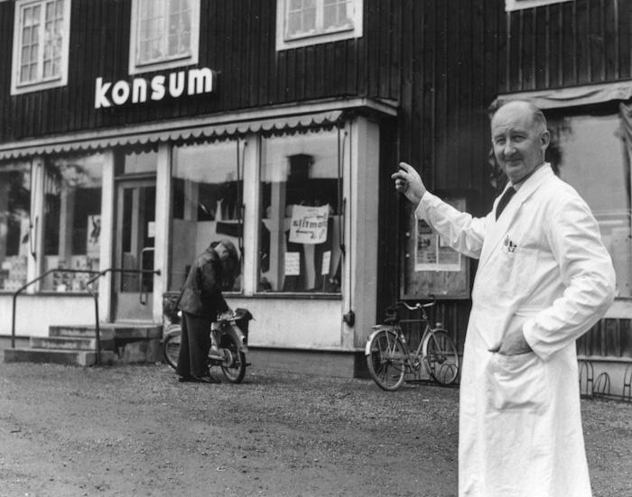 Herman Hellkvist utanför butiken på Tallgatan. 1960-talet.