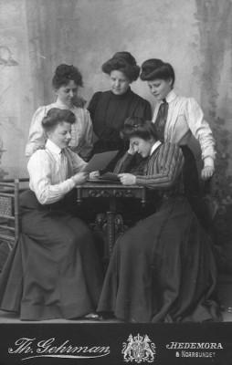 Fem fina flickor i Gehremans ateljé