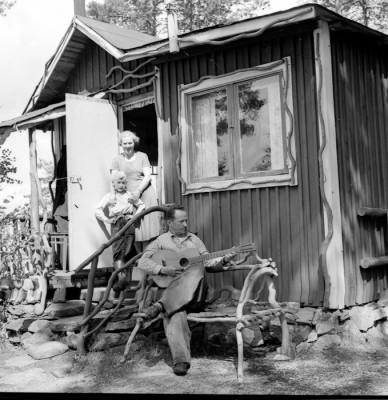 "Husbyman: ""Norn-Tauben"" Verner Enberg med frun Karin"