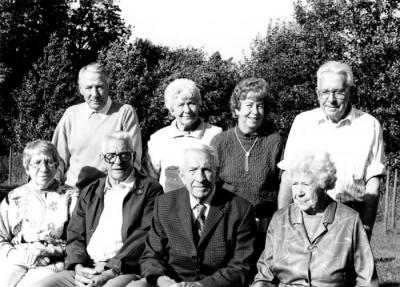 Sönerna Gunnar & Valter,stående, samt Nils & Evert, sittande, tillsammans med systrarna Märta & Helen, stående, samt Dagny & Eva