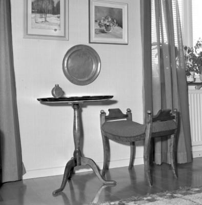 Det lilla spelarbordet har bordskivan uppdelad i kilformade fält av björkfanér. Taburetten i senempire.