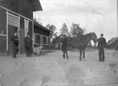 Rättare Hedberg, kusken Andersson & Stall-Gumsen. Vid hästen: Fredrik Sjöberg