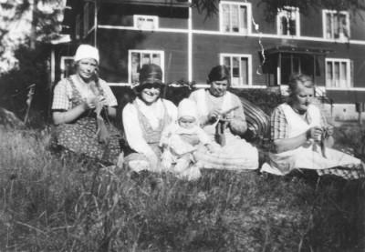 Fyra brukskvinnor kopplar av en stund ute i trädgården