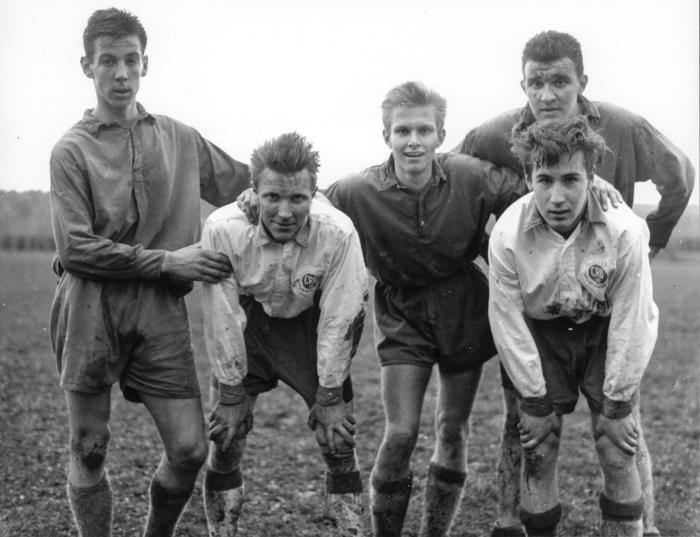 Fotbollsderby VIkmanshyttan-Säter. Fr.v.: Bengt-Åke Johansson, Rolf Hjulström, Olle Norman, Johnny Lind, Leif Lundin.
