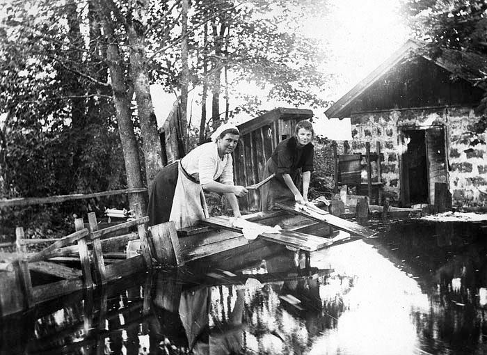 Nyhyttan: Betty Andersson med medhjälpare Mary