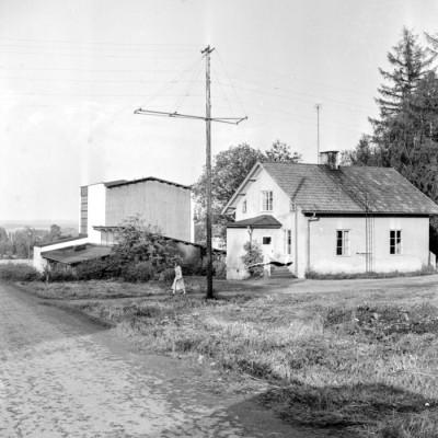 Huset i förgrunden som beboddes en tid av lantbrukets siste rättare, Herman Andersson, därefter av bruksprästen Göran Granberg med familj