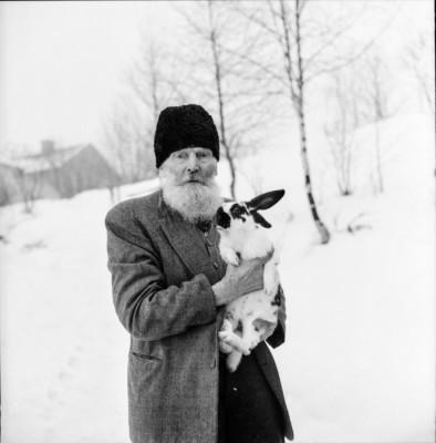 Bror Ulrik Elg och en omhuldad kanin