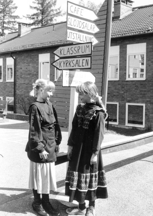 Flickor hälsade välkommen vid skyltarna som visade vägen under skolbesöket