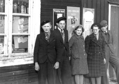 Vidstående bild hör samman med den gamla butiken. Och i det här fallet representeras familjen Lindholm av två av de äldsta barnen. Åke (längst till vänster) och dottern Ulla (trea från vänster). Vikmanshyttekompisarna hette Börje Johansson och Karl-Åke Hagman (den sistnämnde längst till höger).