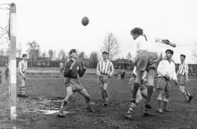 Målsituation, VIF:s Östen Jansson nickar mot Grim-målet, assisterad av Göte Bergman – målvakten Bosse Englund och försvarare Bert Andersson blev segrare ur den striden Kampen fördes på Grims hemmaplan, Karlsvallen.