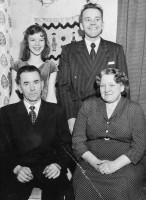 Familjen förevigad januari 1957 i samband med mamma Edits 50-årsdag: Ann-Britt, Karl-Gösta, Carl & Edit.