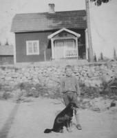 Karl-Gösta framför huset i Solhaga