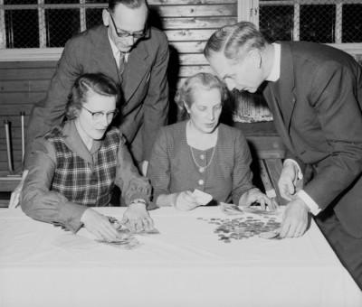 Makarna Edit och Alfred Hedström tillsammans med Greta Törnquist och Karl-Axel Forsgren (brukspräst för ett antal decennier sedan) – det var dags att räkna auktionskassan.