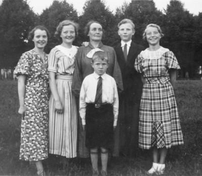 Familjen Byhlin. Fr.v.: Märta, Aina, Vendla, Martin, Karin & Lennart (framför mor Vendla)