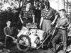 Fyra flitiga vikmanshyttegrabbar, en cykelkärra och flera buntar med insamlat papper – det var exempel på nytta på sin tid…