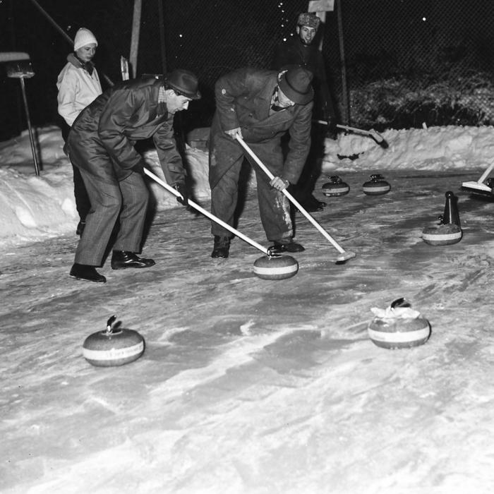 Curling på tennisbanan - ett försök som inte gick hem? (Disponenten Ture Omberg och övering. C.G. Ehrenstråhle)