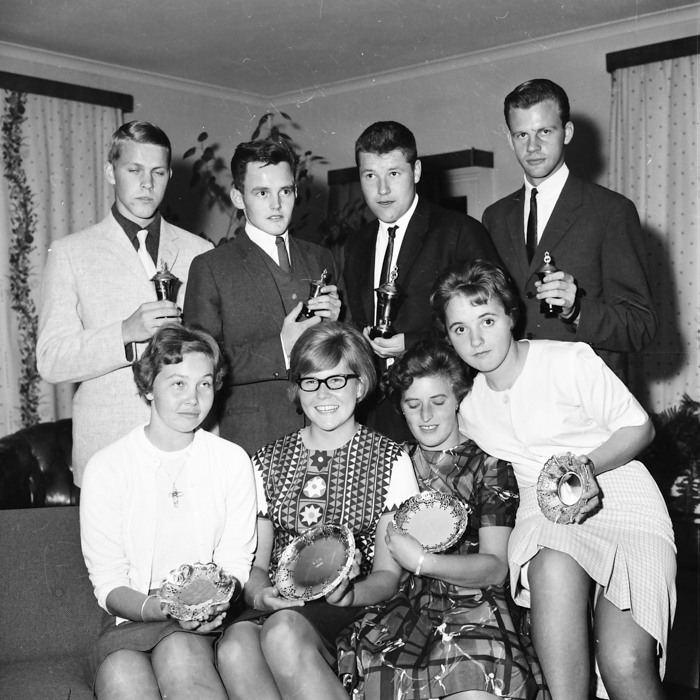 Året 1962: Åtta glada nybörjare: Stående fr.v.: Kenneth Karlsson, Jonny Söderman, Bo Karlsson, Kjell Andersson. Sittande fr.v.: Monica Stenman, Margareta Pettersson, Birgit Blom, Marianne Byhlin.