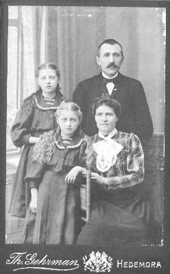 När familjen var ung - Tilda och Johan med döttrarna Elin och Elsa