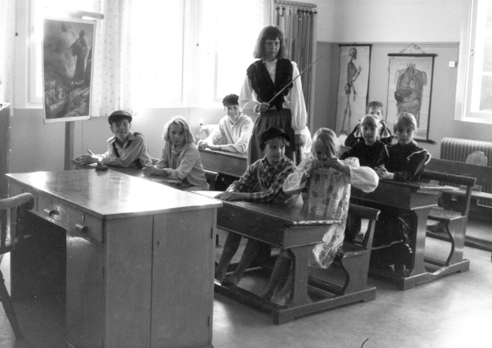 Skolsal av äldre modell och inredning