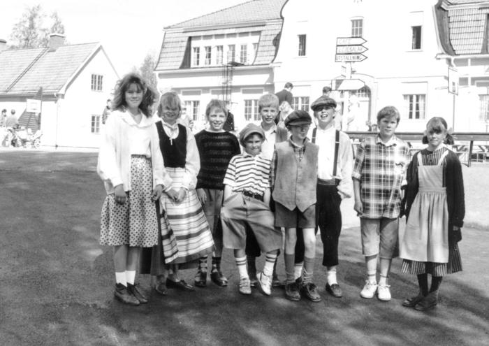 En grupp elever poserar på skolgården