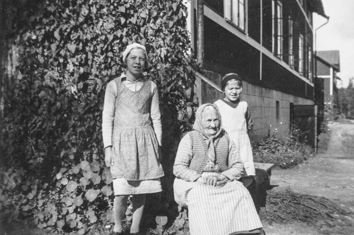 Gammel-mor Kristina Lövgren omgiven av flickorna Helén och Märta Sandberg