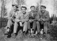 Kvartetten bruksgrabbar i mössor och hatt, fr.v. Erland Lawin, Ingemar Berglin, Tore Norman, […]